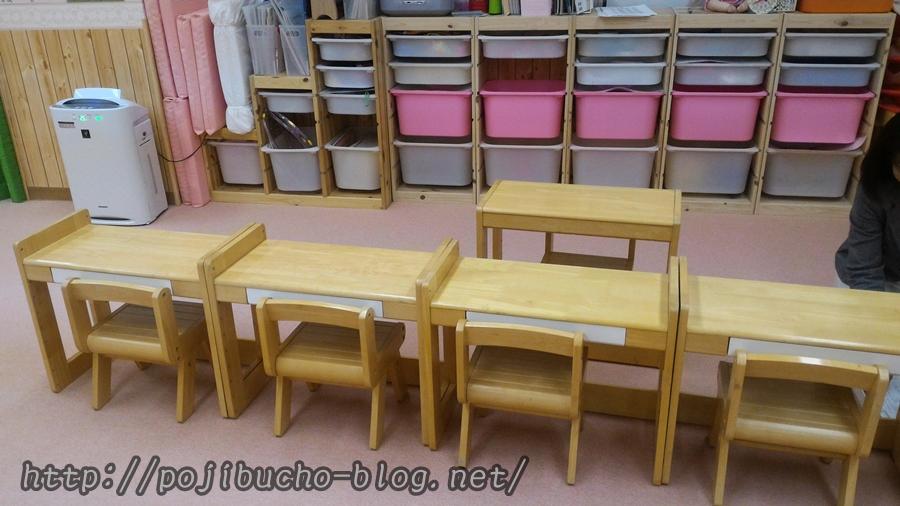 キッズアカデミーの教室内にある机やいす