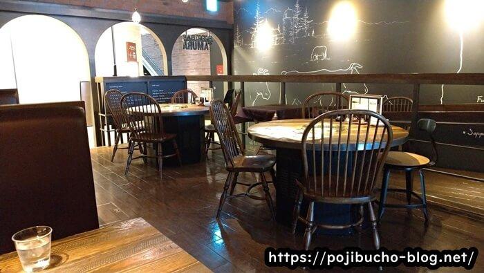 ヤキニクバルタムラのテーブル席の画像