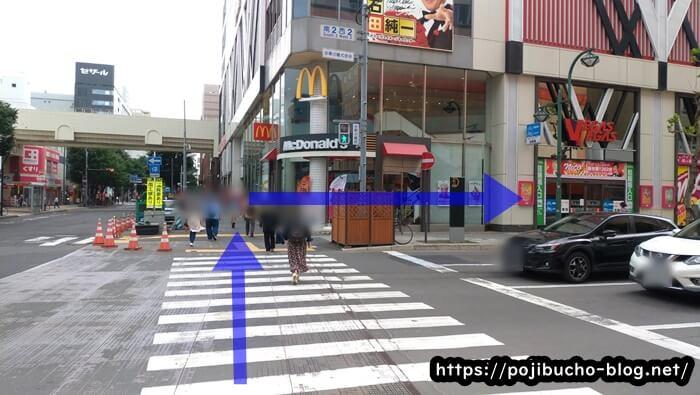 ガラクの手前の横断歩道の画像