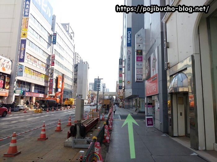 大通駅の36番出口をでて右に曲がった歩道の画像