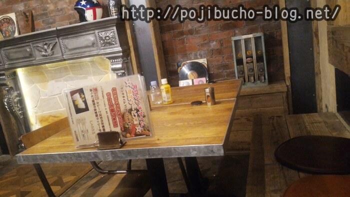 ガラクの店内の様子、イスとテーブルの画像