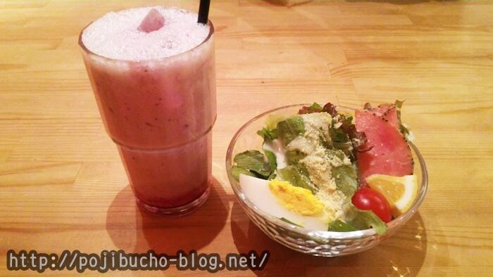 ヒリヒリ オオドオリのランチセットのブルーベリーラッシーとサラダの画像
