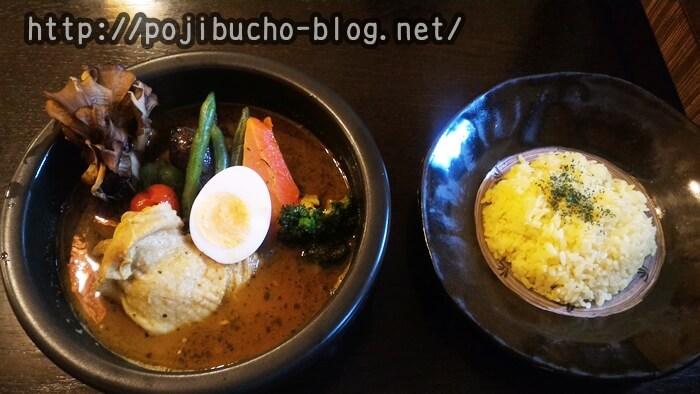 kanako(カナコ)のスープカレー屋さんのランチメニューのやわらかチキンの辛さ40番とライスの画像