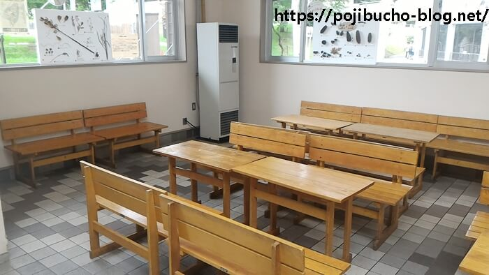 レストハウスのテーブルやイス