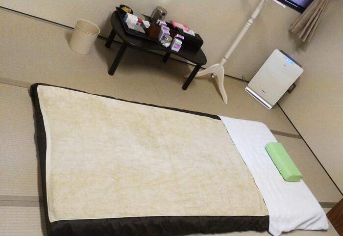 札幌市の鍼灸院「くらさろ」の個室のベッド