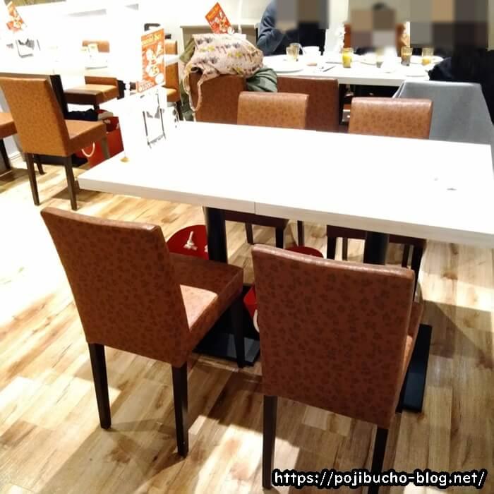アリスの4人掛けテーブル席