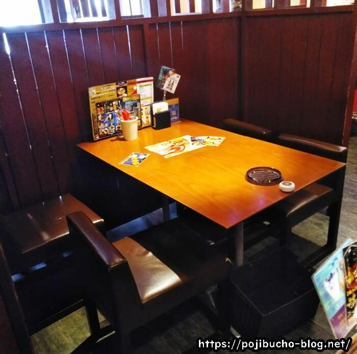 ピカンティ本店のテーブル席