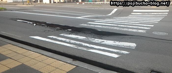 地震で道路がガタガタ