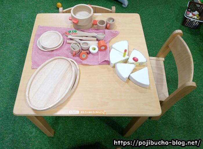 あそびパークPLUS札幌エスタ店のテーブルとイス