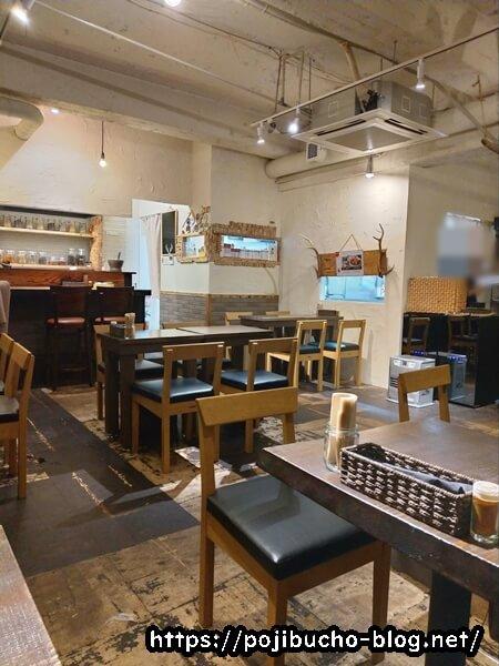サボイのテーブル席とカウンター席