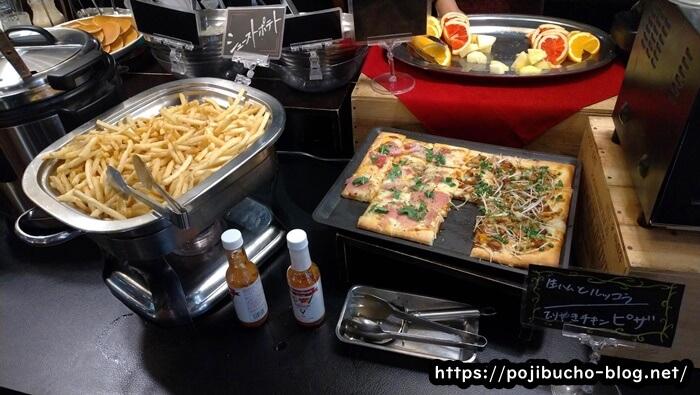 エイトライスフィールドカフェのピザとポテトの画像