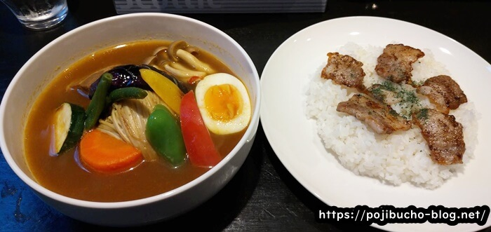カリーヤコングのポークと野菜のスープカレーと塩焼きポーク乗せライスの画像