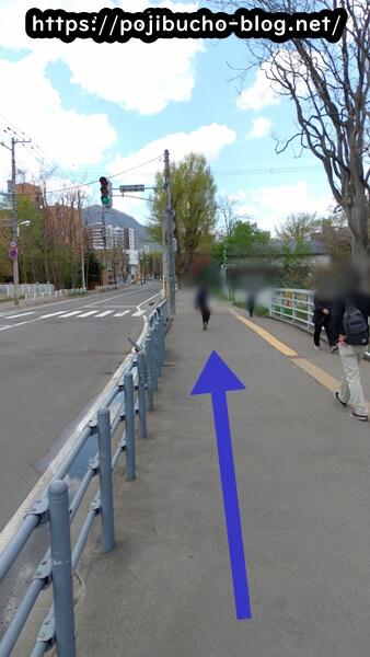 カリーヤコングの最寄りの幌平橋駅の2番出口からお店へ向かう歩道