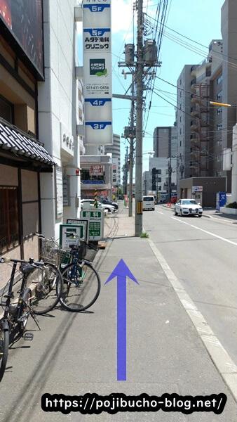サクラブラウンの前の歩道の画像