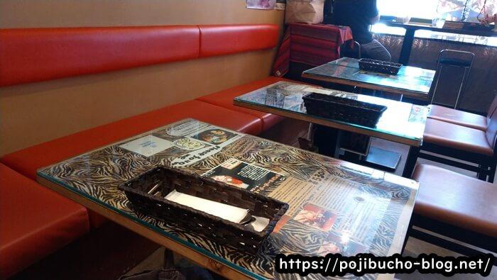 タイガーカレーのテーブル席の画像