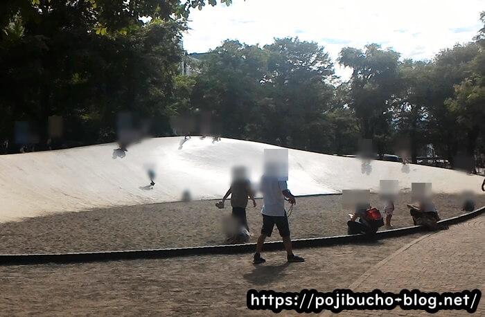 大通公園の大きな滑り台と砂場の画像