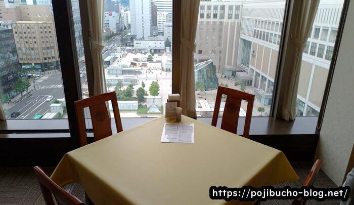 札幌四川飯店のテーブル席の画像