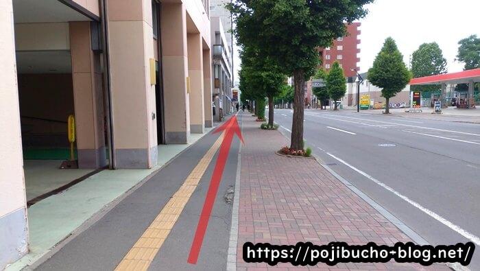 西屯田通りスープカレー本舗へ向かう歩道の画像